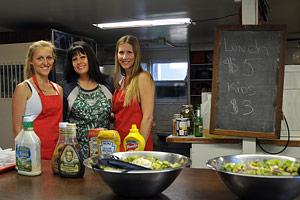 Hauli Huvila kitchen volunteers